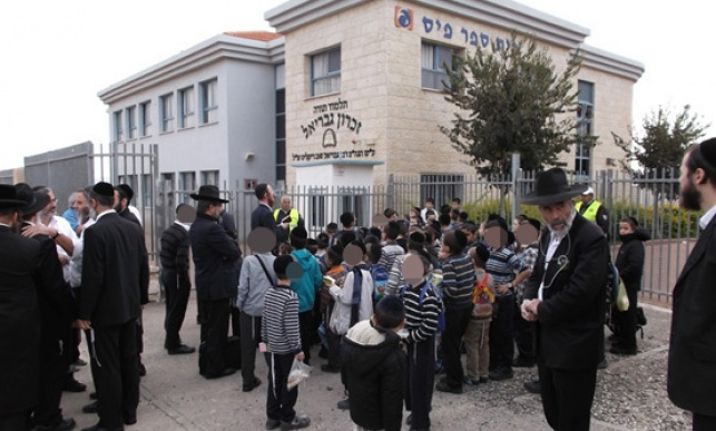 """עשרות ילדים מחוץ לבניין ת""""ת זכרון גבריאל שננעל בשלשלאות ברזל"""