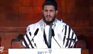 צפו: חזן בית הכנסת הגדול מרגש ב'יד ושם'