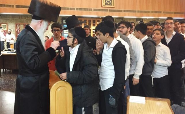 תיעוד: הרב גרוסמן מחלק דמי חנוכה לתלמידיו