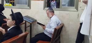 מנדלבליט באמירת הקדיש - מנדלבליט התפלל 'מעריב' עם החרדים • צפו