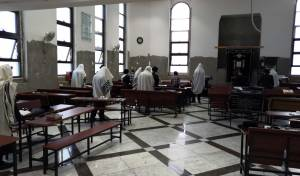 המתפללים בבית הכנסת, הבוקר