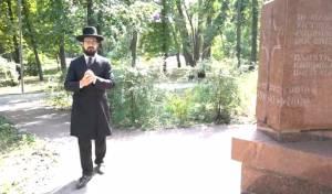 הרב איזקסון בבית הקברות