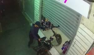 צפו: האיש שגונב לירושלמים את האופניים