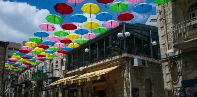 באמצע הקיץ: מטריות בירושלים