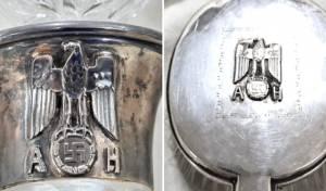 המסרק ופיית הבקבוק של היטלר, עם סמלים נאציים וראשי התיבות של שמו