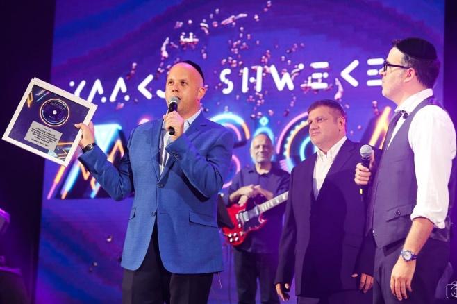 יעקב שוואקי קיבל  אלבום פלטינה • צפו