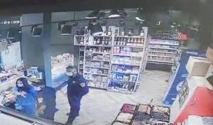 """השוטרים בחנות """"אוליב"""" אתמול"""