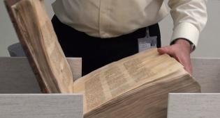 הצצה נדירה לאוצר הספריה הלאומית • צפו