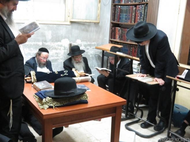 """אמירת הקינות בבית מרן הרב שטיינמן זצ""""ל"""