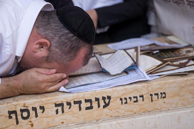 """מתפללים בציון מרן זצ""""ל"""