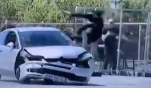 הגיבור קופץ לתוך הרכב