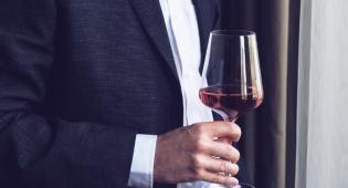 הדרך הנכונה להחזיק כוס יין בלי להרוס אותו