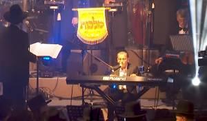 ילד הפלא הפתיע כשליווה את עצמו בפסנתר