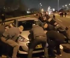 כמה שוטרים צריך כדי להזיז רכב אחד? • צפו