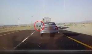 צפו: נהג רכב עקף משאית שעקפה משאית