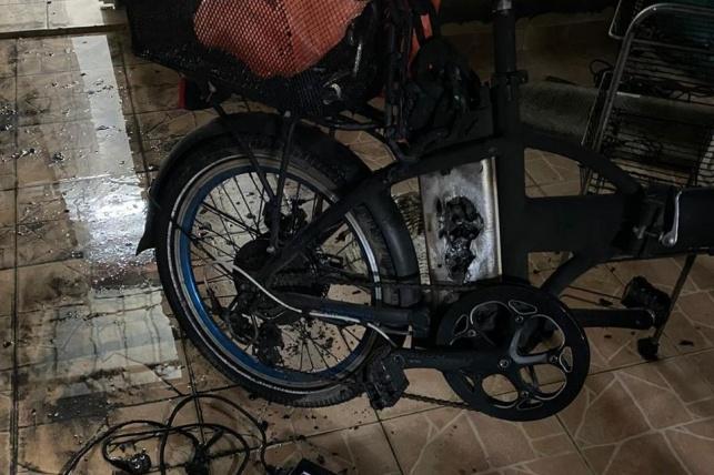 סוללה של אופניים החלה לבעור בתוך הבית