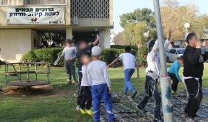 ילדי הניצולות שעד לפני חודשים אחדים גדלו בכפרים ערביים, בחזותם היהודים, לפני כניסת השבת המיוחדת.