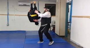 'הנינג'ה החרדי' מלמד אתכם סלטות אחורה