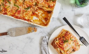 לזניה משכבות רביולי גבינה ורוטב עגבניות - מה אוכלים היום? לזניה מהירה משכבות רביולי