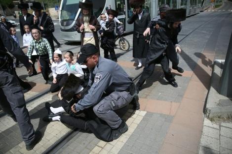 תיעוד: מחאת ילדים נגד נתיחת גופת הפעוט