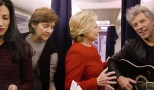 """מדוע קלינטון וצוות הקמפיין """"קפאו"""" באמצע המטוס?"""