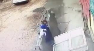 מבהיל: האדמה פערה את פיה ו-2 הנשים נבלעו