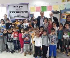 ראש העיר ישב וסיפר לילדים סיפור • צפו