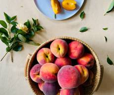 עוגת בחושה עם אפרסקים