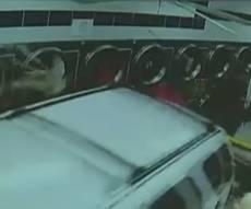 נהג הרכב דהר אל מכונות הכביסה בניו יורק