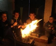 ילדים בעזה מתחממים ממדורה - חמאס: הפסקת החשמל לרצועת עזה - מסוכנת
