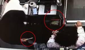 שולף סכין ושודד את הכסף מהקופה; תיעוד