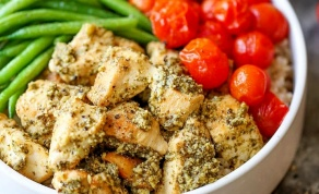 קוביות חזה עוף ברוטב פסטו עם ירקות - הרבה יותר טוב מסלט: קערת עוף וירקות