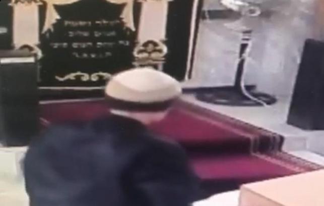 הפורץ, בתוך אחד מבתי הכנסת
