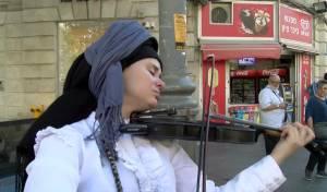 תכירו | אלכסנדרה נגנית הרחוב