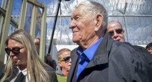 צבי בר בכניסתו לכלא - ראש עיריית רמת גן לשעבר שוחרר מהכלא