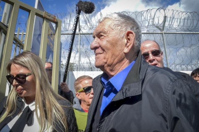 צבי בר בכניסתו לכלא