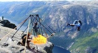 אמיצים או מטורפים: קפיצת צוקים מרהיבה