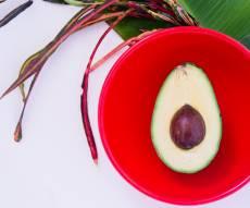 לא יאומן כי יסופר: קבלת תשלום עבור אכילת אבוקדו