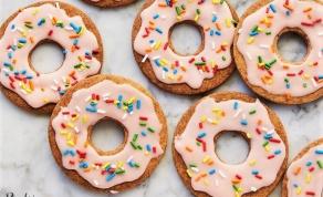 עוגיות בצורת דונאטס בזיגוג מתוק - זה דונאטס? זה עוגיות? ובכן, קצת משתיהן