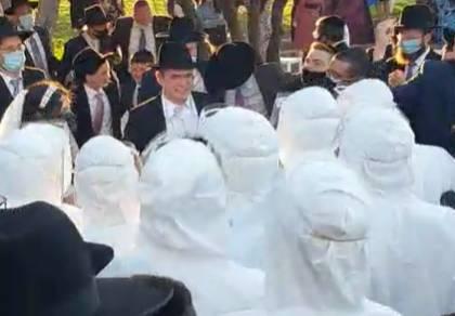 הבחורים רקדו בחתונה בציוד מגן מלא • צפו