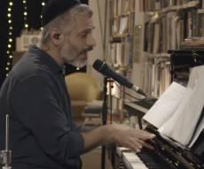 אביתר בנאי בביצוע לייב מרגש: 'תל אביב'