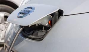 המכונית החשמלית ניסאן ליף בהטענה