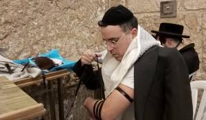 צפו בתיעוד: הזמר יעקב שוואקי מתפלל בכותל