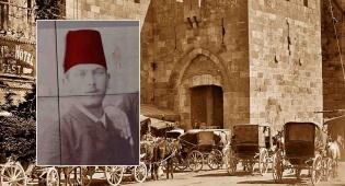 """הגרמ""""מ אפשטיין עם התרבוש האדום על רקע הדיליזַ'נְס"""