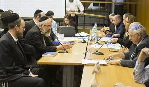 משמאל: אנשי 'יהדות התורה' אברמי יוסטמן ואברהם ובר בוועדת הבחירות