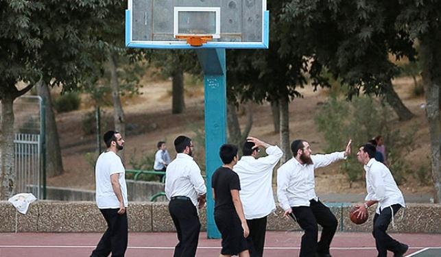 תלמידי ישיבה משחקים כדורסל עם כיפות. בקרוב גם בליגה?