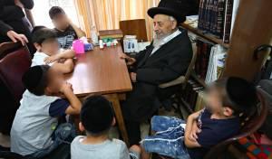 הילדים מתברכים אצל הרב בעדני. - 'הטפת דם ברית' לילדים שחולצו מכפרים ערביים