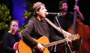 מאיר על הבמה עם הגיטרה