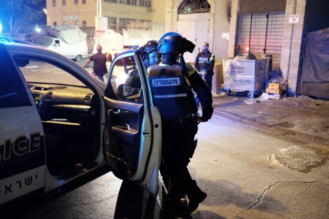 שוטרים ביפו, הלילה