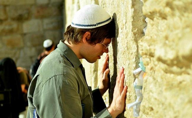 """תפילה. אילוסטרציה - סגולת ערב ר""""ח סיוון: תפילת השל""""ה"""